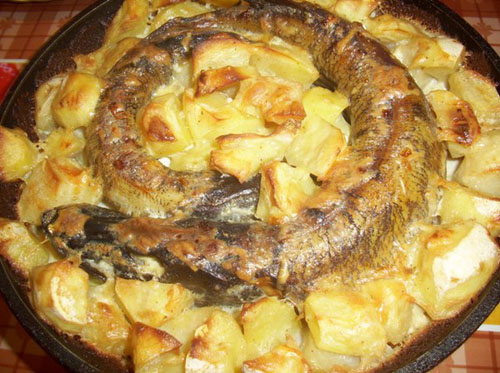 Щука в духовке с картофелем и со сметаной