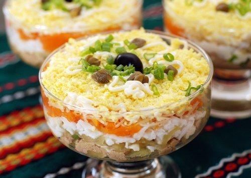 Слоеный салат из печени трески – классический ресторанный рецепт