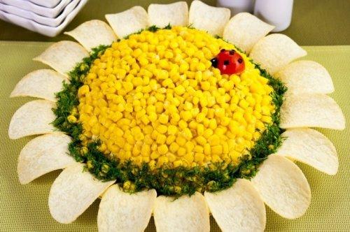 Салат подсолнух с кукурузой, сельдью и крабовыми палочками