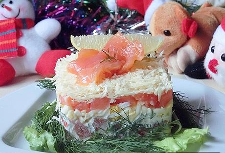 Деликатесный праздничный салат парус с чипсами и семгой
