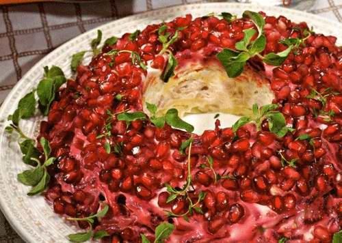 Салат гранатовый браслет с копченой курицей и грецкими орехами