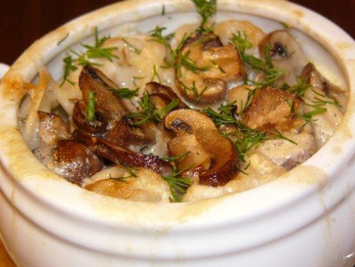 Жареные пельмени в горшочках с грибами