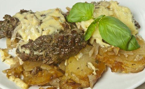 Пряная говядина с картошкой и капустой в духовке